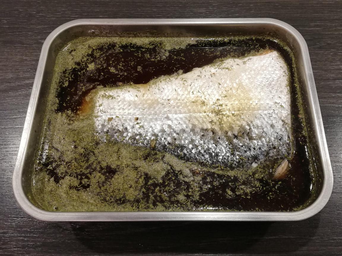 Zalm pekelen in nitrietzout, bruine suiker, dille en jeneverbes.